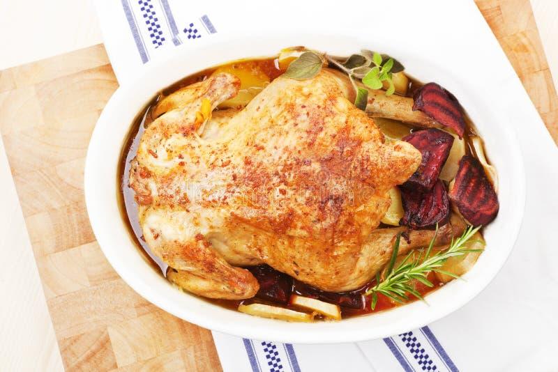 Pollo cocido al horno en plato de la hornada. Visión superior. fotografía de archivo