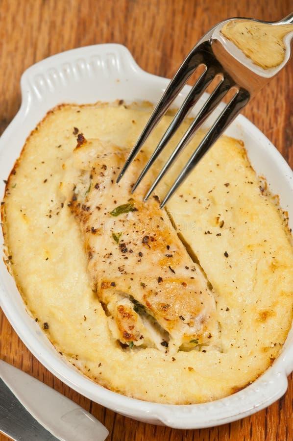 Pollo cocido con pur? del pesto y de la coliflor fotos de archivo