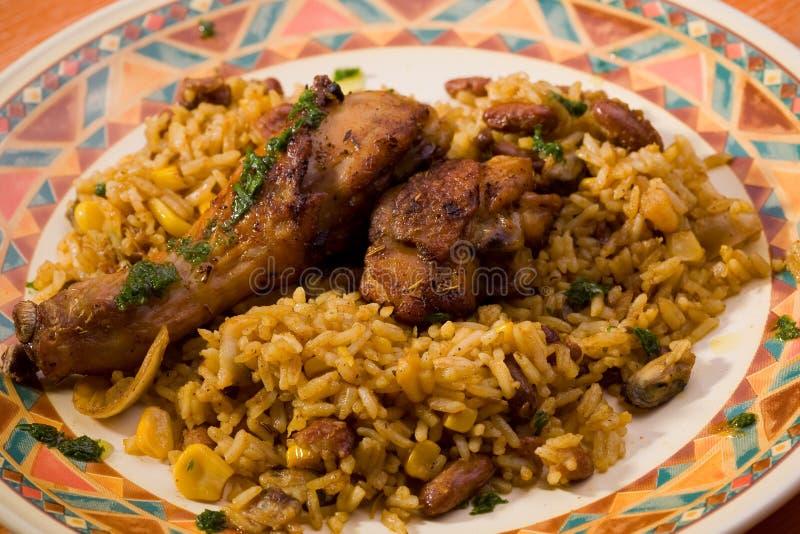 Pollo con arroz y habas fotos de archivo