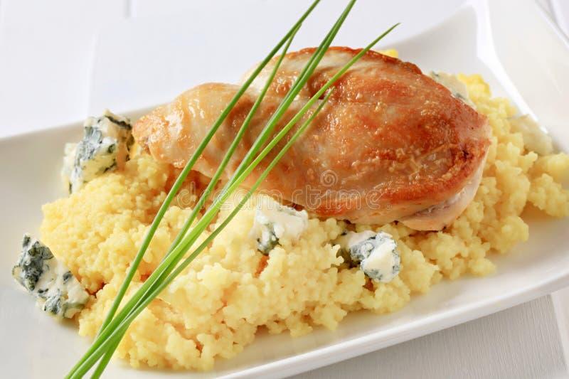Pollo con cuscus e formaggio blu fotografie stock libere da diritti