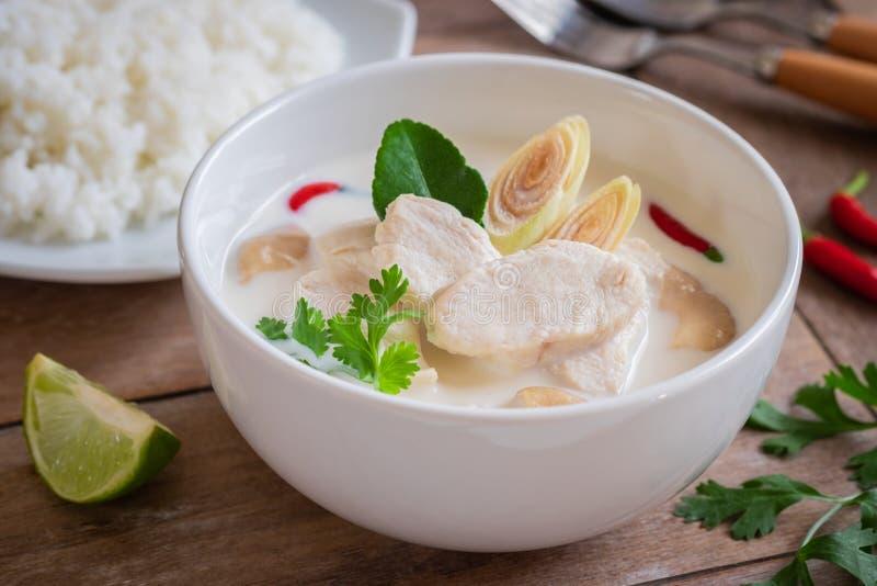 Pollo con la sopa de la leche de coco en el cuenco y el arroz, comida tailandesa Tom Kha Kai imagenes de archivo
