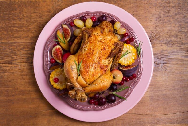 Pollo con las frutas, las verduras y las bayas: manzanas, higos, uvas, ciruelos y arándanos foto de archivo libre de regalías