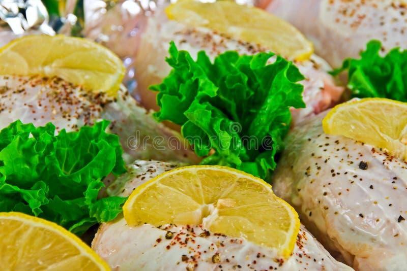 Pollo con le fette del limone immagini stock libere da diritti