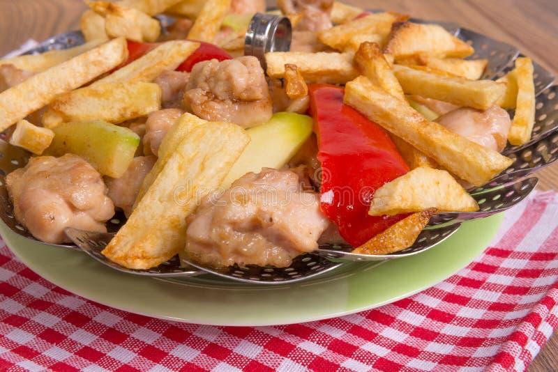 Pollo con le verdure fritte in olio immagine stock