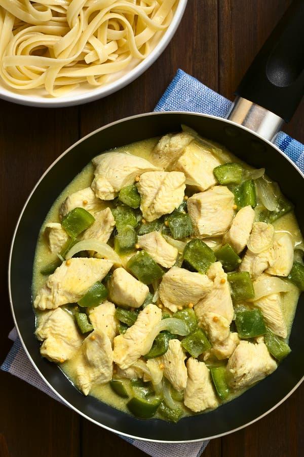 Pollo con peperone dolce e la cipolla verdi in salsa crema della senape fotografie stock libere da diritti