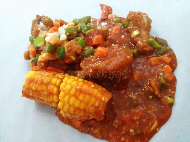 Pollo con salsa rossa piccante più cereale fotografia stock libera da diritti