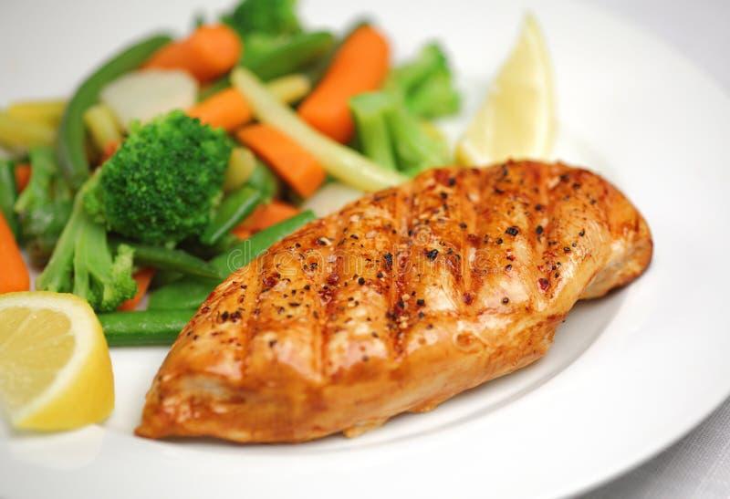 Pollo cotto con la verdura fresca fotografie stock libere da diritti