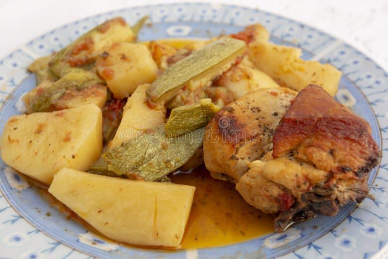Pollo cretense y cierre vegetal foto de archivo libre de regalías