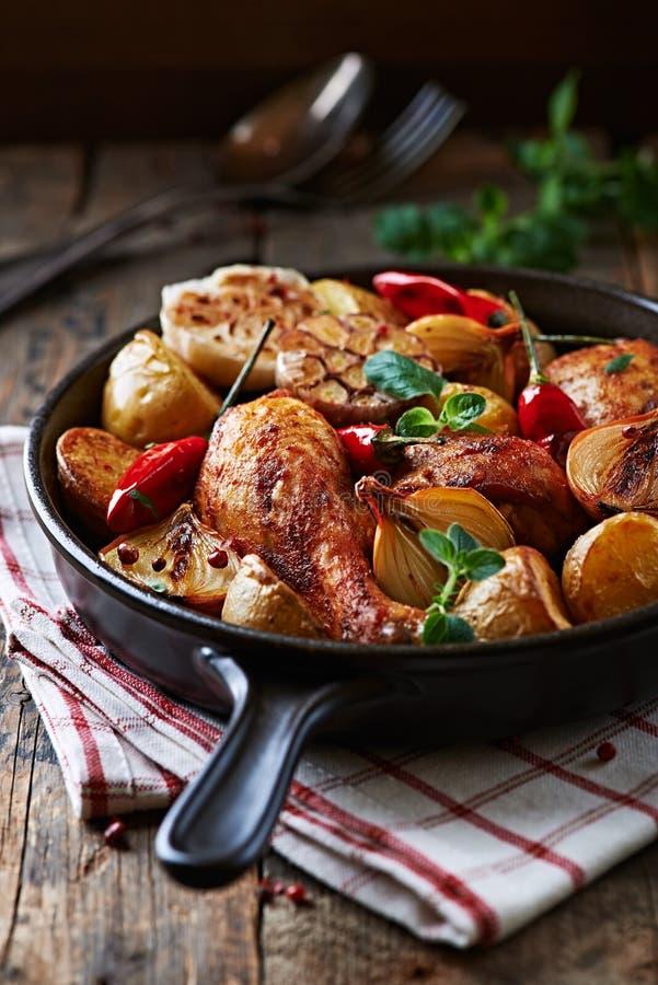 Pollo cucinato al forno con le verdure fotografie stock libere da diritti