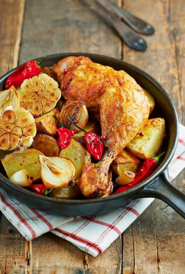 Pollo cucinato al forno con le verdure e le erbe fresche fotografia stock