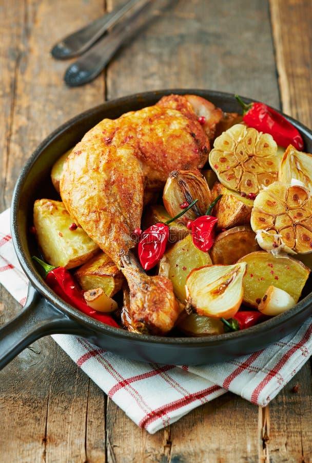 Pollo cucinato al forno con le verdure e le erbe fresche fotografia stock libera da diritti