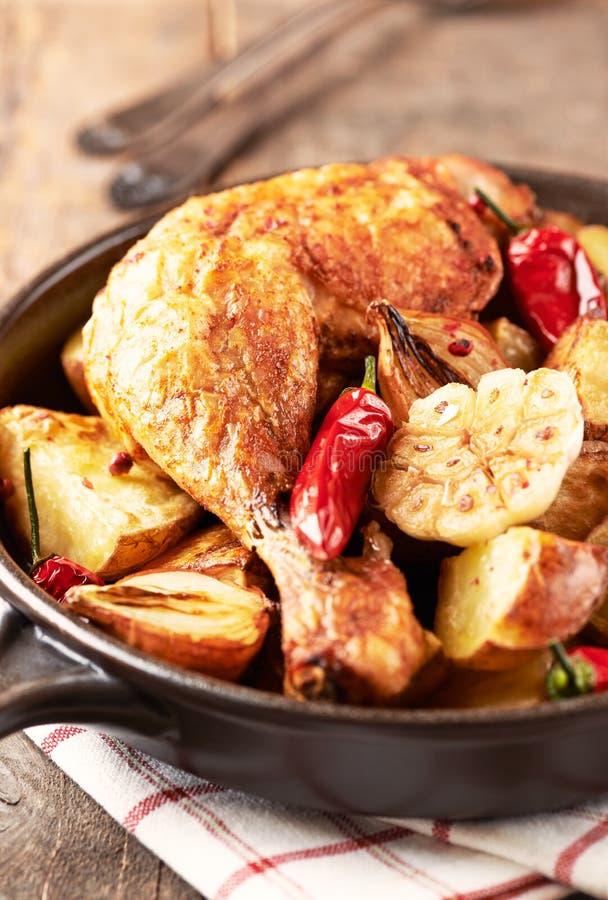 Pollo cucinato al forno con le verdure e le erbe fresche Alimento casalingo simbolico fotografie stock