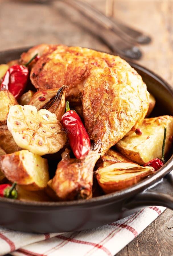 Pollo cucinato al forno con le verdure e le erbe fresche Alimento casalingo simbolico fotografia stock