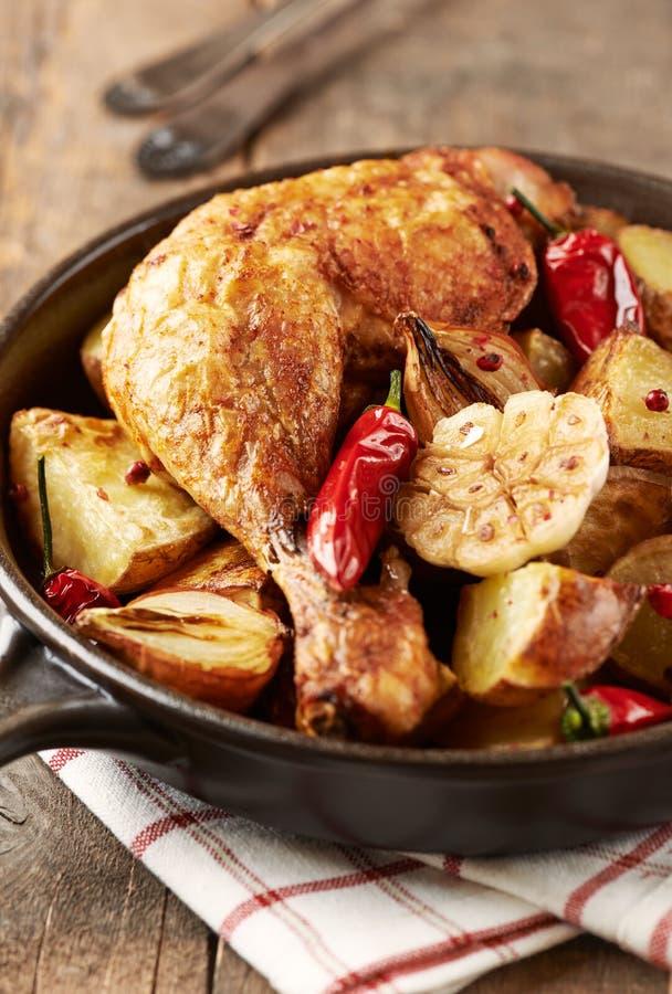 Pollo cucinato al forno con le verdure e le erbe fresche Alimento casalingo simbolico fotografia stock libera da diritti