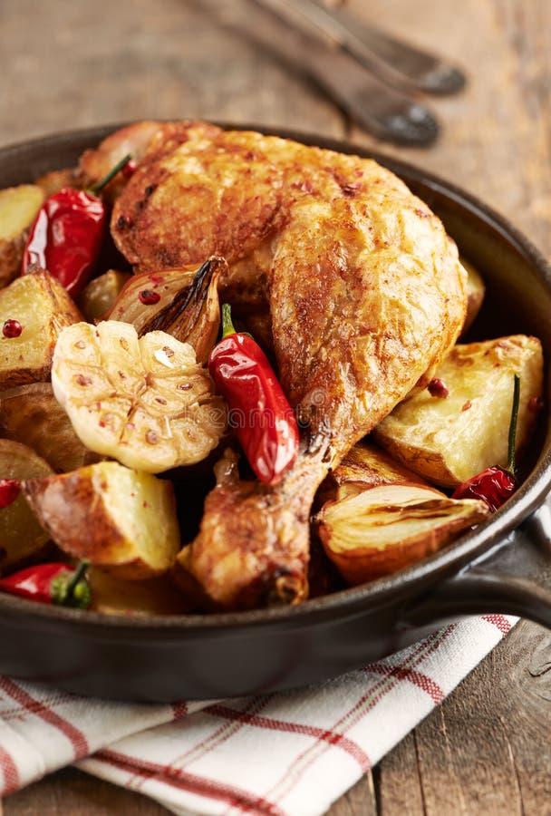 Pollo cucinato al forno con le verdure e le erbe fresche Alimento casalingo simbolico fotografie stock libere da diritti