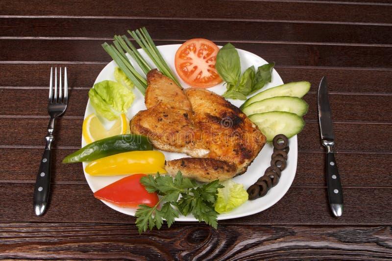 Pollo de carne asada en placa foto de archivo