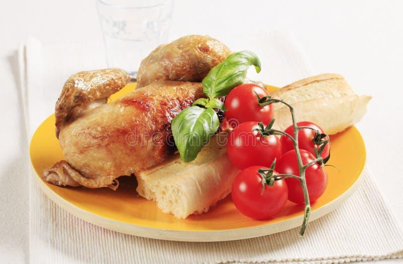 Pollo de carne asada y baguette curruscante imagen de archivo libre de regalías