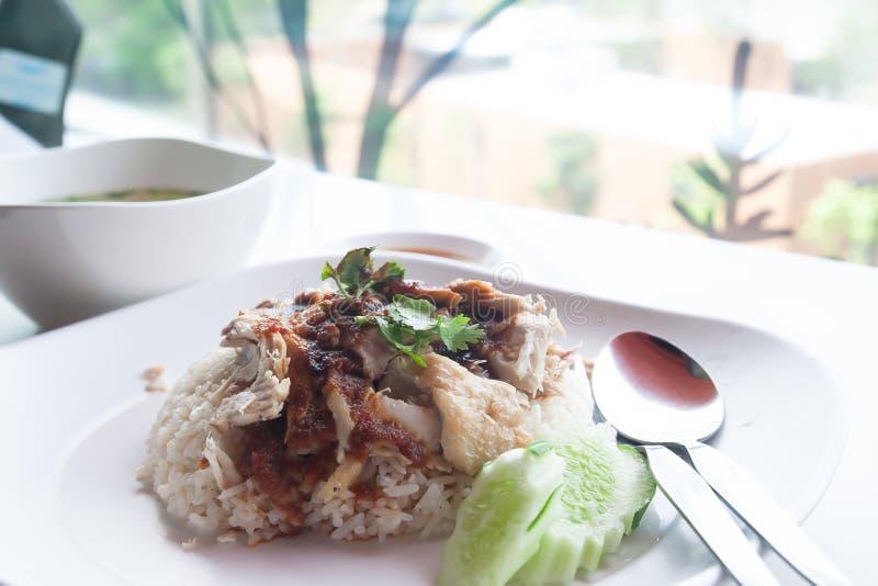 Pollo de Hainanese con arroz, salsa y sopa Asi básico y delicioso imagenes de archivo