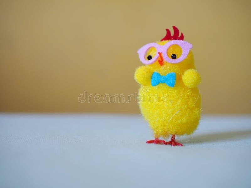 Pollo de Pascua, pollo solo amarillo imagen de archivo libre de regalías
