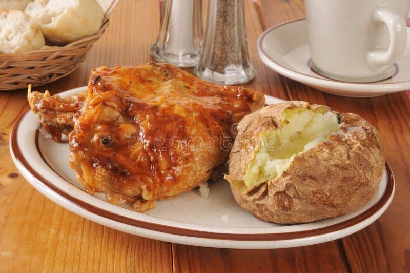 Pollo del BBQ e patata al forno fotografie stock