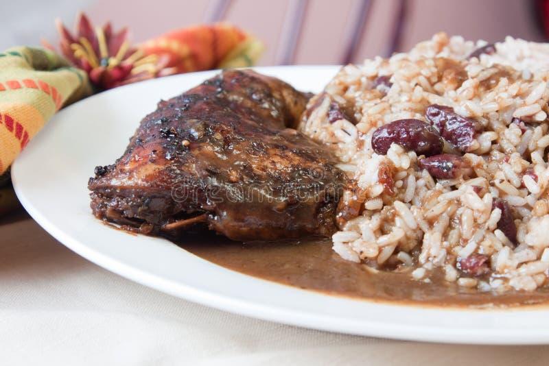 Pollo del tirón con el arroz - estilo del Caribe foto de archivo