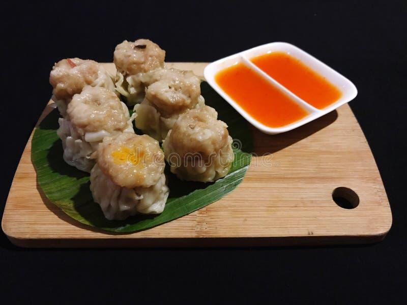 Pollo delicioso Dim Sum con la salsa Dulce-picante imagen de archivo libre de regalías