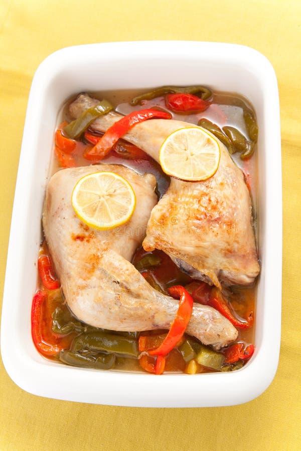 Pollo di arrosto con i peperoni rossi e verdi fotografie stock