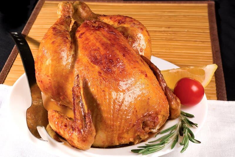 Pollo di arrosto con rosmarino sulla zolla immagini stock libere da diritti
