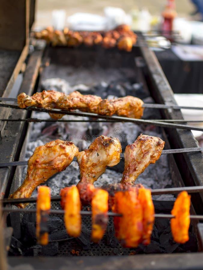Pollo di torrefazione su bistecca su fuoco fotografie stock libere da diritti