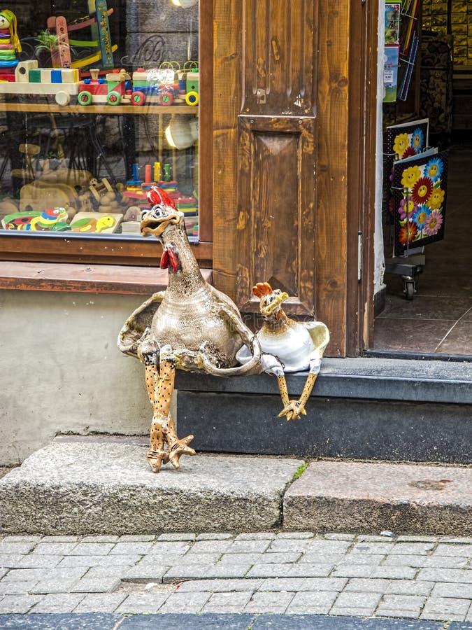 Pollo dos que se sienta en los pasos como amigo imagenes de archivo