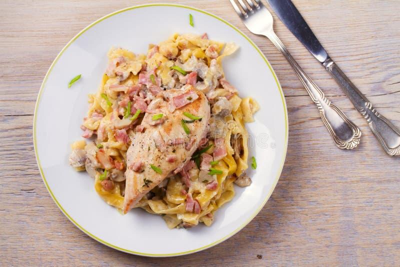 Pollo e pasta cremosa del fungo e del bacon fotografie stock libere da diritti