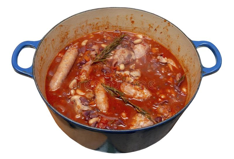 Pollo e salsicce Cassoulet in una panoramica blu fotografia stock