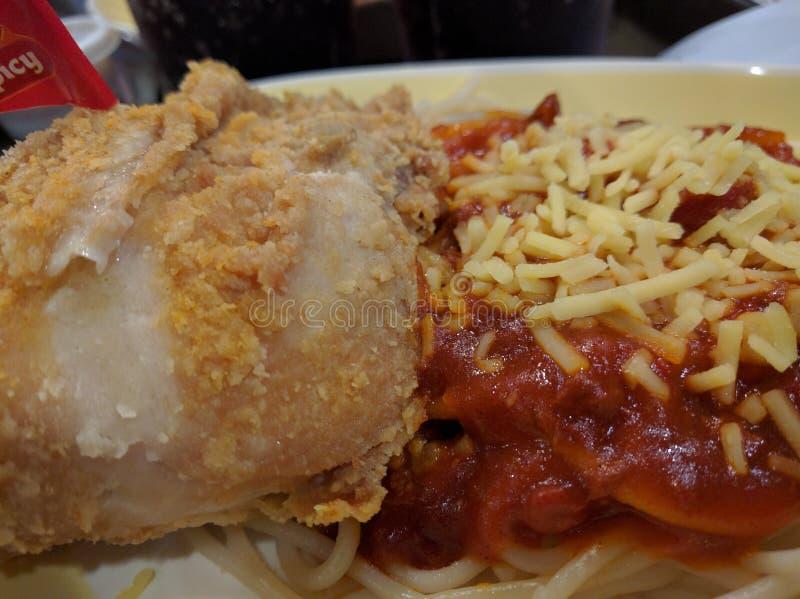 Pollo e spaghetti fotografia stock libera da diritti