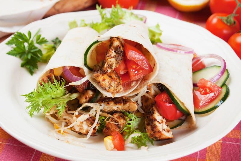 Pollo ed insalata cotti in involucro della tortiglia fotografia stock libera da diritti