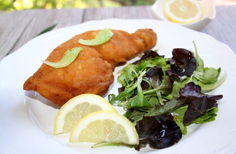 Pollo empanado frito - Backhendl imagen de archivo