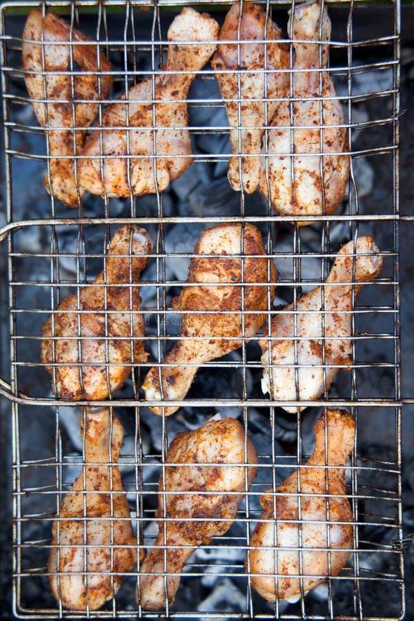 Pollo en la barbacoa en un cedazo fotografía de archivo