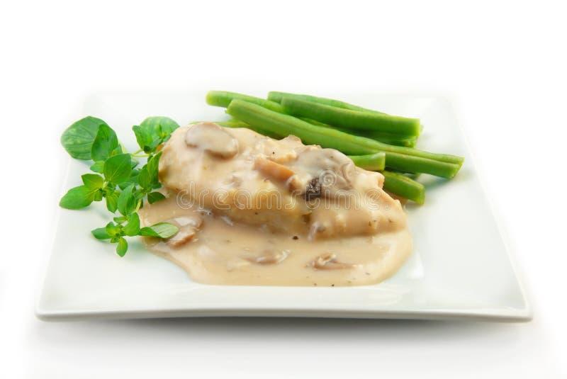 Pollo en salsa cremosa con las verduras en blanco fotos de archivo libres de regalías