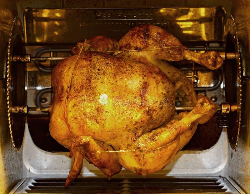 Pollo en vista delantera del Rotisserie imagen de archivo libre de regalías