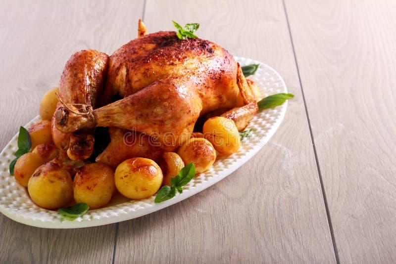 Pollo entero de la carne asada con las patatas foto de archivo libre de regalías