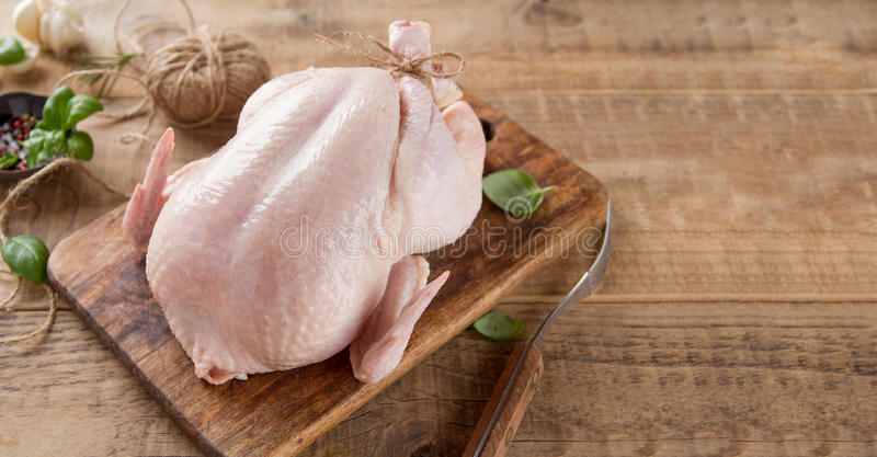Pollo fresco con las especias imagenes de archivo