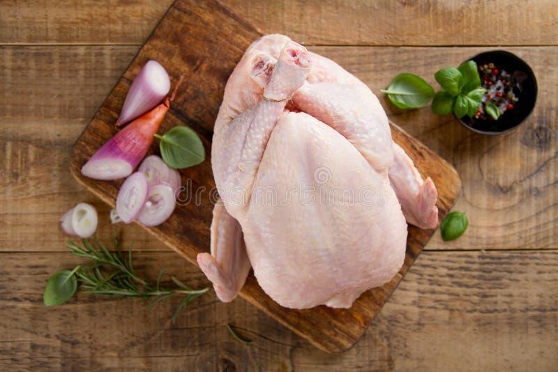 Pollo fresco con le spezie fotografie stock