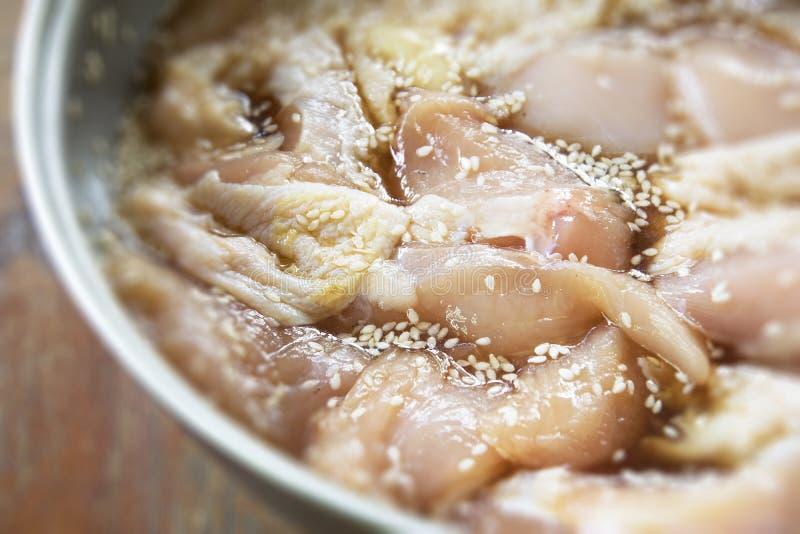 Pollo fresco del fermento con la salsa y el sésamo para cocinar fotos de archivo libres de regalías