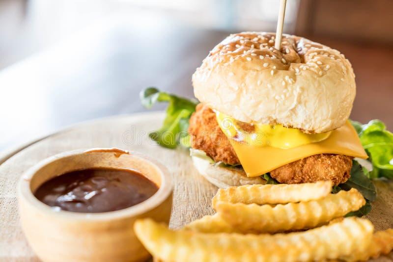 pollo frito con la hamburguesa del queso imagen de archivo