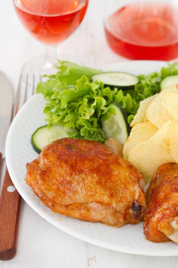 Pollo frito con la patata fotos de archivo