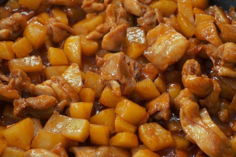 Pollo frito con la patata imagen de archivo