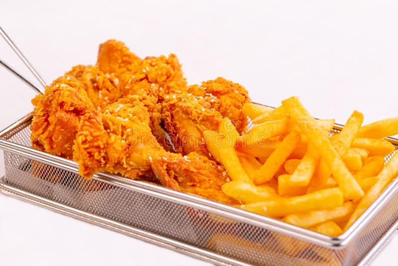 Pollo frito con las fritadas imagenes de archivo