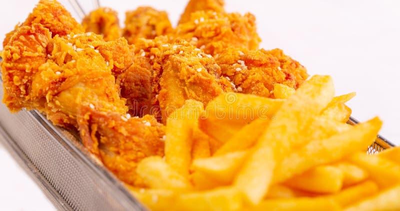Pollo frito con las fritadas fotografía de archivo libre de regalías