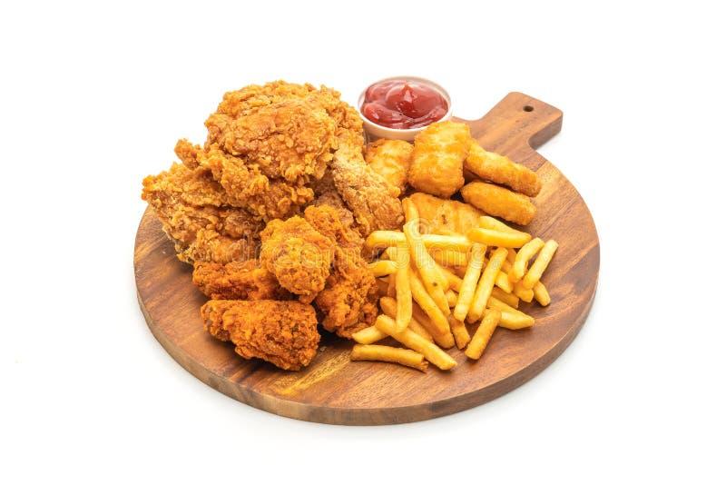 pollo frito con las patatas fritas y la comida de las pepitas (comida basura y comida malsana imagen de archivo