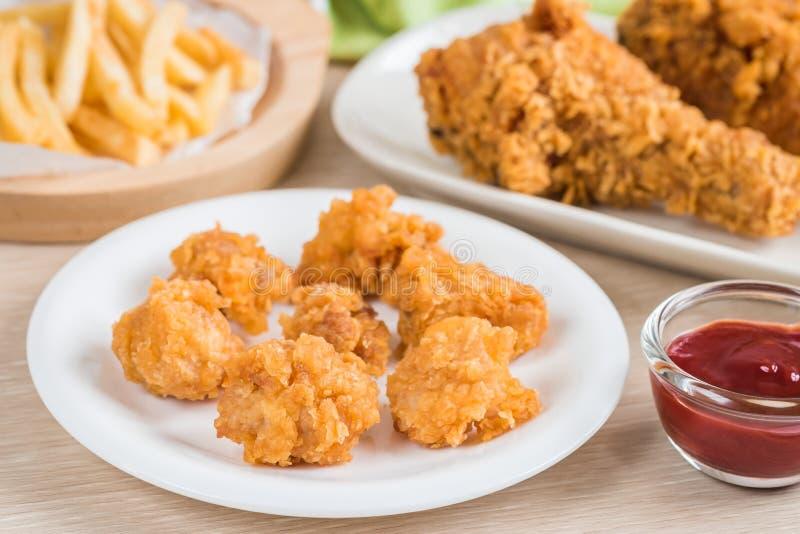 Pollo frito y patatas fritas curruscantes imagen de archivo