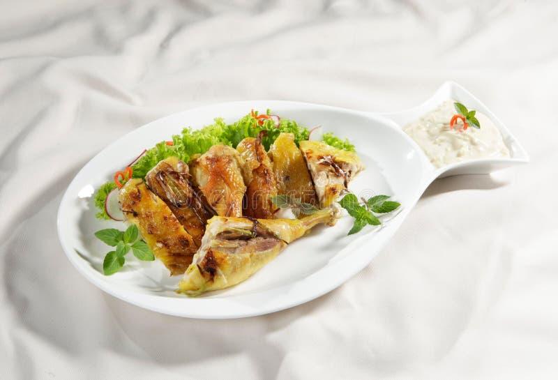 Pollo fritto con lectuce sopra fotografie stock libere da diritti